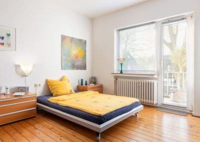 Schlafzimmer mit Austritt