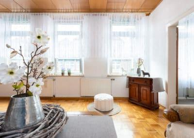 Wohnraum mit drei Fenstern